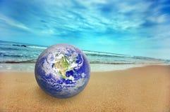 Globo de la tierra en la playa fotos de archivo libres de regalías