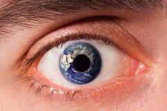 Globo de la tierra en ojo Fotos de archivo
