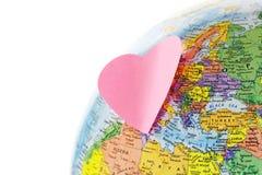 Globo de la tierra y corazón del papel Imagen de archivo libre de regalías