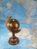 Globo de madeira no mapa Imagem de Stock