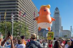 Globo de presidente Donald Trump como bebé con ayuntamiento Los Angeles fotos de archivo libres de regalías