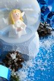 Globo decorativo de la nieve con los adornos de la Navidad Fotos de archivo