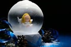 Globo decorativo de la nieve con los adornos de la Navidad Foto de archivo libre de regalías