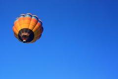 Globo del aire caliente con el cielo azul claro Imagen de archivo libre de regalías