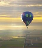 Globo del aire caliente con el cielo hermoso de la puesta del sol Imagenes de archivo