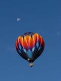 globo del aire caliente con la luna Fotos de archivo