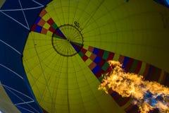 Globo del aire caliente con perspectiva del fuego una visión desde adentro imagen de archivo libre de regalías