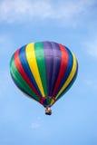 Globo del aire caliente contra el cielo azul Foto de archivo libre de regalías