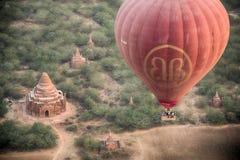 Globo del aire caliente de Birmania sobre el templo Fotos de archivo libres de regalías