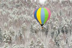 Globo del aire caliente de Colorfuul en el cielo en invierno fotos de archivo