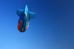 Globo del aire caliente de la forma del dirigible con el cielo azul claro Foto de archivo libre de regalías