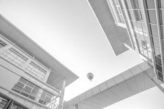 Globo del aire caliente de Putrajaya en negro y blanco imagen de archivo