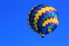 Globo del aire caliente en alto en Cielo-Logro azul Fotos de archivo libres de regalías