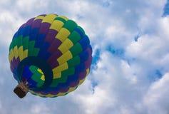 Globo del aire caliente en cielo Imágenes de archivo libres de regalías
