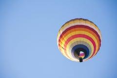 Globo del aire caliente en el cielo Imagen de archivo libre de regalías