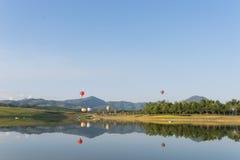 Globo del aire caliente en el cielo Fotografía de archivo libre de regalías