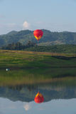 Globo del aire caliente en el cielo Foto de archivo libre de regalías
