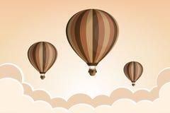 Globo del aire caliente en el cielo con las nubes Diseño plano de la historieta Fotografía de archivo