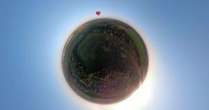 Globo del aire caliente en el cielo sobre panorama esférico del campo almacen de video