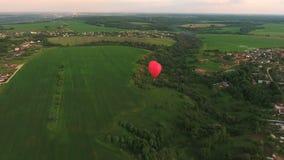 Globo del aire caliente en el cielo sobre un campo Silueta del hombre de negocios Cowering metrajes