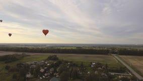 Globo del aire caliente en el cielo sobre un campo Silueta del hombre de negocios Cowering almacen de video