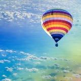 Globo del aire caliente en el mar con la nube Imagen de archivo libre de regalías