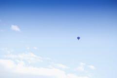 Globo del aire caliente en fondo del cielo azul Fotos de archivo libres de regalías