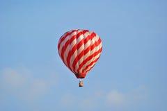 Globo del aire caliente en vuelo imagen de archivo