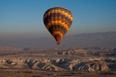Globo del aire caliente en vuelo Imagenes de archivo