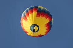 Globo del aire caliente en vuelo Fotografía de archivo libre de regalías
