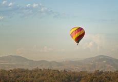 Globo del aire caliente en vuelo, Del Mar California Foto de archivo