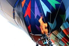 Globo del aire caliente - encender la hornilla Imagenes de archivo