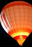 Globo del aire caliente que brilla intensamente en la noche Fotos de archivo libres de regalías
