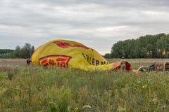 Globo del aire caliente que se prepara al vuelo Makariv, Ucrania Foto de archivo