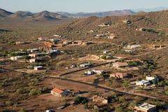 Globo del aire caliente sobre el desierto del norte de Phoenix Imagenes de archivo