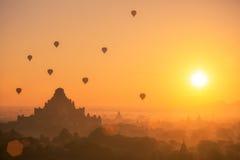 Globo del aire caliente sobre el llano de Bagan por mañana brumosa Foto de archivo libre de regalías