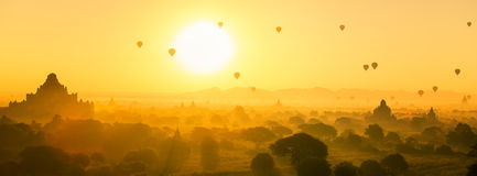 Globo del aire caliente sobre el llano y la pagoda de Bagan por mañana brumosa Fotos de archivo libres de regalías