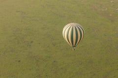 Globo del aire caliente sobre el Maasai Mara Imagen de archivo libre de regalías