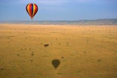 Globo del aire caliente sobre el Masai Mara Fotografía de archivo libre de regalías