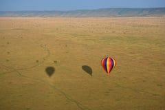 Globo del aire caliente sobre el Masai Mara Fotos de archivo libres de regalías