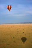 Globo del aire caliente sobre el Masai Mara Imagenes de archivo