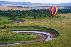 Globo del aire caliente sobre el Masai Mara Imágenes de archivo libres de regalías