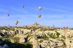Globo del aire caliente sobre el paisaje de Cappagocia en Turquía Foto de archivo
