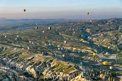 Globo del aire caliente sobre el paisaje de Cappagocia en Turquía Imagen de archivo libre de regalías