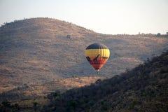 Globo del aire caliente sobre el parque nacional de Pilanesberg Fotos de archivo