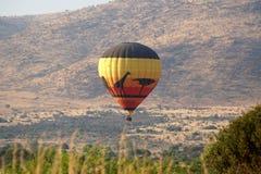 Globo del aire caliente sobre el parque nacional de Pilanesberg Foto de archivo