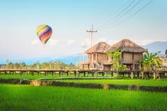 Globo del aire caliente sobre la ciudad, Vang Vieng, Laos Fotos de archivo libres de regalías