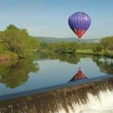 Globo del aire caliente sobre un lago Imagen de archivo libre de regalías
