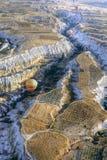 Globo del aire caliente sobre un paisaje magnífico Foto de archivo