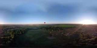 Globo del aire caliente VR360 en el cielo sobre un campo metrajes